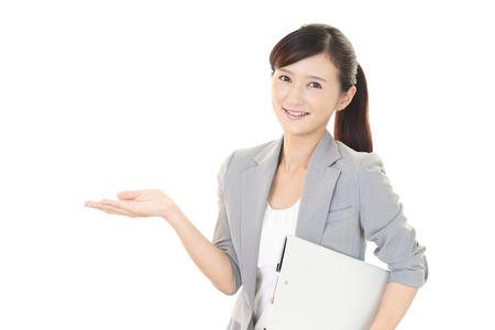Portret van een vrouw die een presentatie