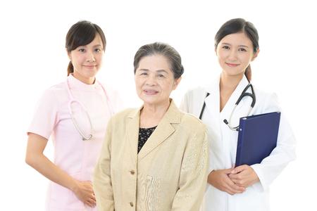 alte dame: Smiling medical stuff and an old lady Lizenzfreie Bilder