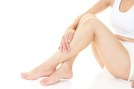 pies bonitos: Mujer que cuida de sus piernas Foto de archivo