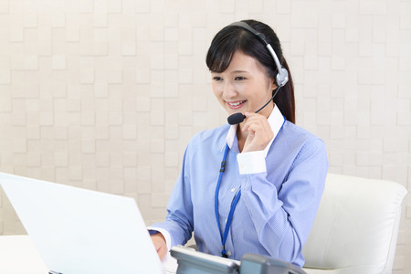 Lachende call center operator