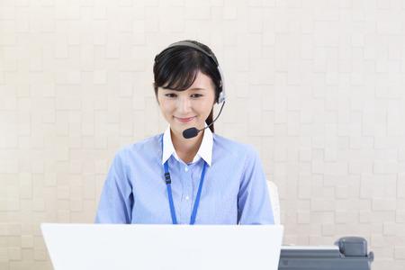 carita feliz: Sonriente operador de call center Foto de archivo