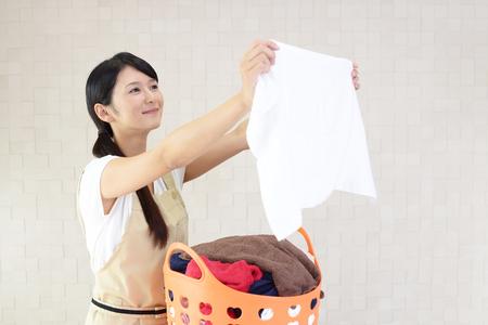 ランドリー バスケットを持つ女性