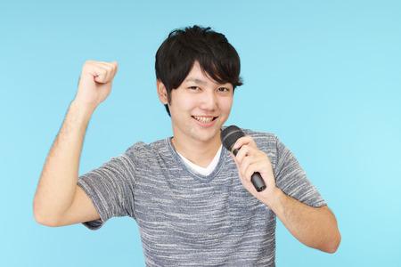 cantando: Hombre cantando karaoke