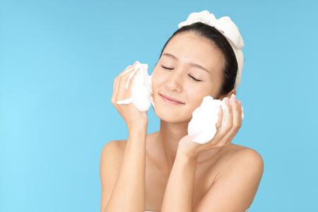 Woman washing her face 版權商用圖片