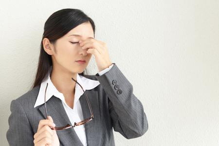 La femme avec la fatigue oculaire Banque d'images - 49555459