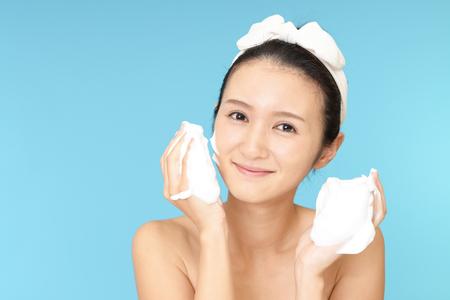 expresiones faciales: Mujer lavando su cara