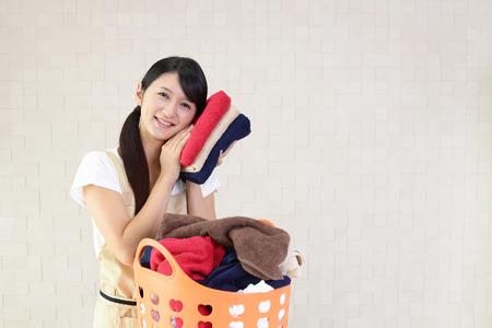 lavanderia: Mujer con un cesto de la ropa