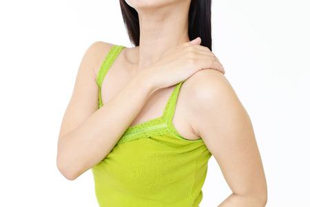 douleur epaule: Femme qui a une douleur à l'épaule