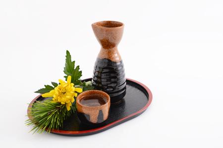 bottle liquor: botella de licor y copa de sake