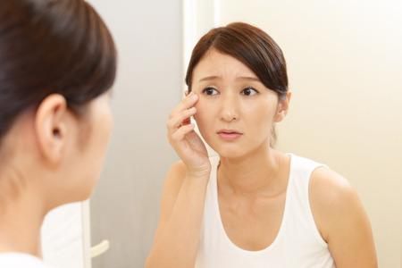 Vrouw met een ongemakkelijke blik.