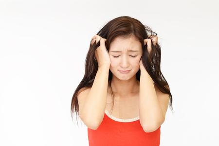 Frau sucht unglücklich mit ihrem Haar Standard-Bild