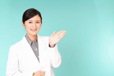 Lächelnder asiatischer Arzt