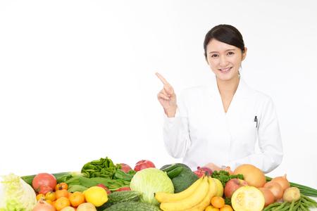 笑みを浮かべて栄養士