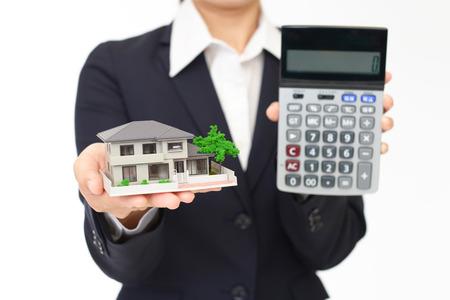 Frau mit einem Haus-Modell