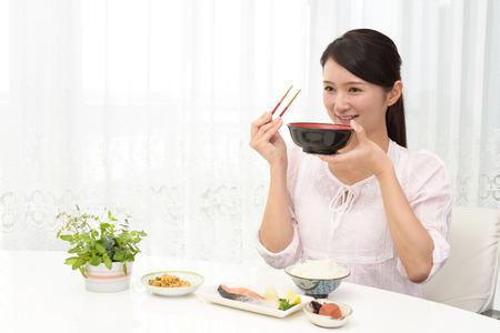 日本食を楽しむ女性