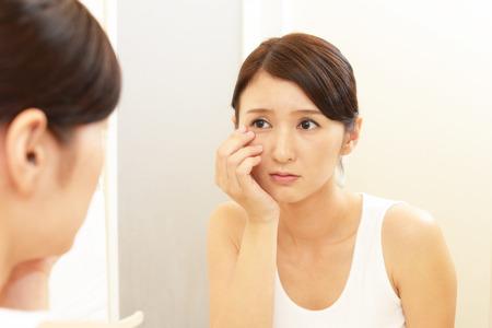 arrugas: Mujer con una mirada inquieta. Foto de archivo