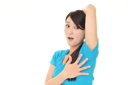 axila: mujer joven que tiene problema de sudoraci�n