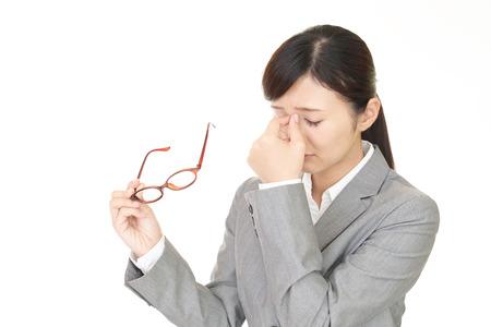 La femme avec la fatigue oculaire Banque d'images - 57118214