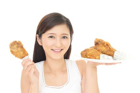 食品を食べる女