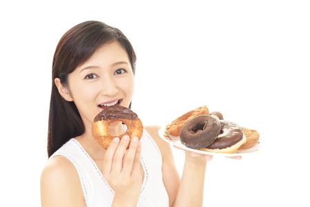 お菓子を食べる女
