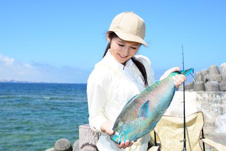 Femme avec de gros poissons Banque d'images