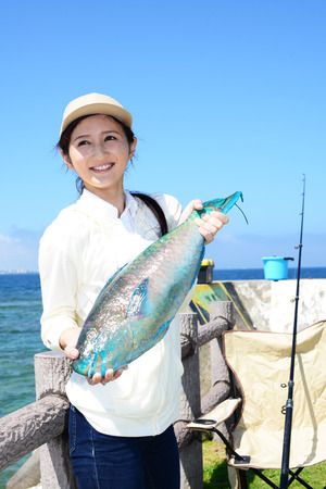 Femme avec de gros poissons