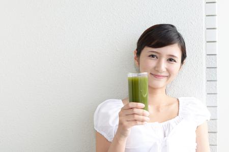 Vrouw het drinken van een glas vruchtensap