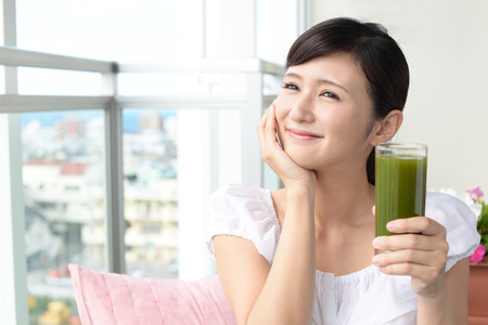 Donna bere un bicchiere di succo di frutta