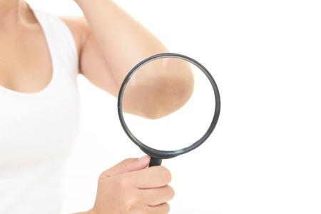 La mujer que está haciendo cuidado de la piel. Foto de archivo - 58194980