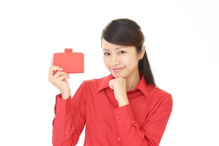 지갑으로 웃는 젊은 여자
