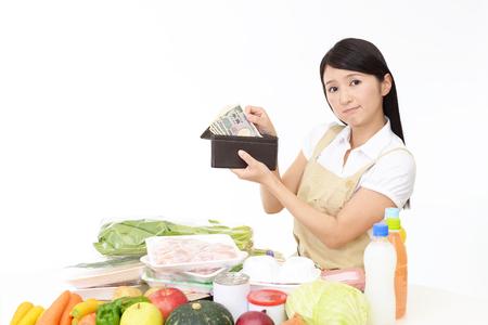Inquiet femme au foyer asiatique Banque d'images - 78243100