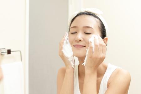 Vrouw die haar gezicht wast