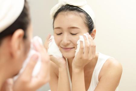 Femme lavant son visage Banque d'images - 76495703