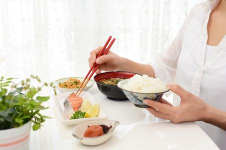 Donna che gode cibo giapponese Archivio Fotografico - 76827078