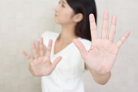 violación: Retrato de mujer haciendo señal de stop