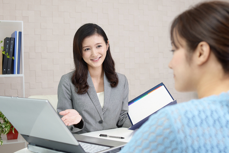 Smiling business woman with customer Stockfoto