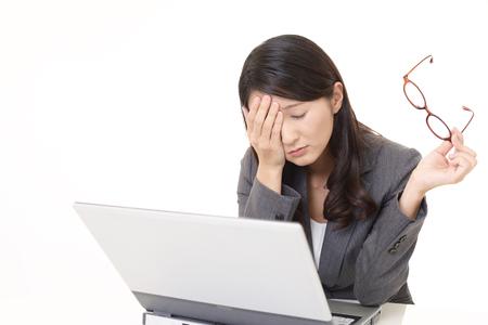 La femme avec la fatigue oculaire Banque d'images - 77540587