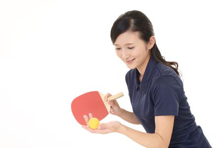 Donna che gioca a ping-pong Archivio Fotografico - 84472185