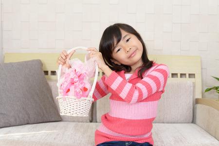 ギフトボックスを持つ美しい少女の写真