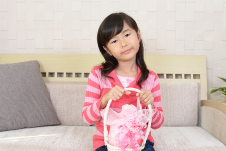 手にプレゼントを持ってうれしそうな女の子