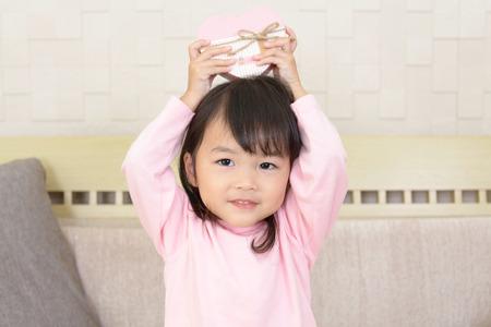 ギフト用の箱とかわいい女の子の画像