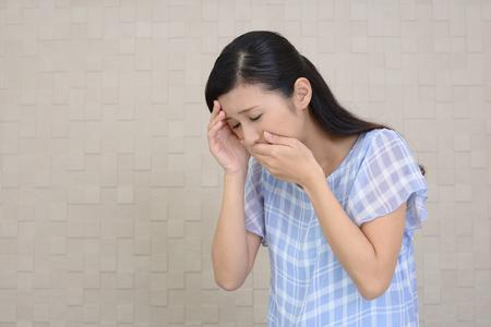 吐き気に苦しむ妊娠中の女性