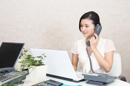 通信: アジア ビジネスの女性の作業