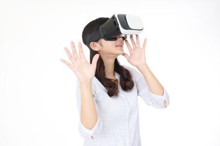 Mujer que llevaba gafas de realidad virtual Foto de archivo - 85503959