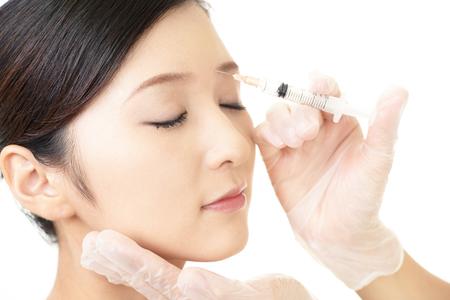 Junge Frau bekommt Schönheitseinspritzung in ihrem Gesicht
