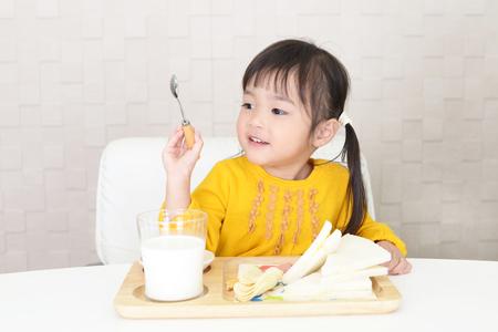 Meisje dat voedsel eet