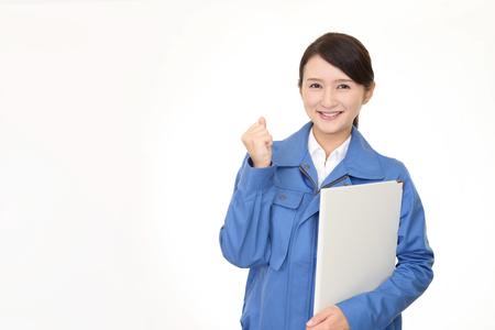 Glimlachende vrouwelijke werknemer