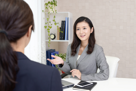 Smiling business woman with customer 版權商用圖片