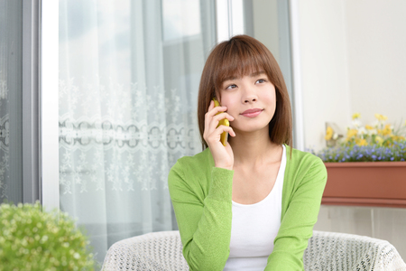 Woman who is talking on a smart phone Banque d'images