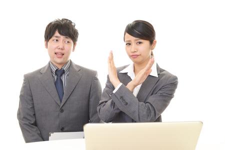 Femme d'affaires démontrant un geste d'interdiction